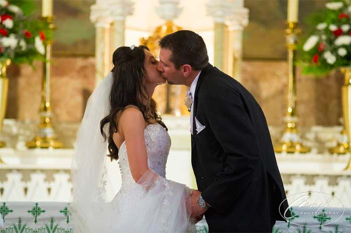 Philly wedding first kiss